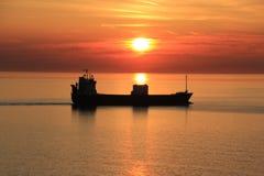 Schip in zonsondergang Stock Foto