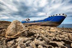 Schipbreuk aan een steen in Malta wordt gebonden dat royalty-vrije stock afbeelding