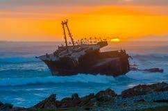 Schipbreuk bij zonsondergang Stock Afbeeldingen