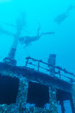 Schipbreuk en Scuba-duiker, de Maldiven royalty-vrije stock afbeeldingen