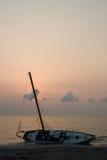 Schipbreuk II van de Zeilboot van Beached Stock Afbeelding
