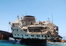 Schipbreuk van schip in het rode overzees Stock Fotografie