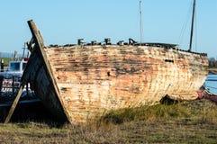 Schipbreuk of zeer oude boot stock afbeeldingen