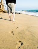 Schipbreukeling die aan zijn schuilplaats loopt - de Reeks van het Strand Stock Afbeeldingen