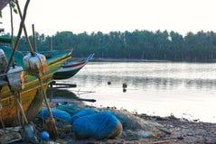 Schipbreuken bij rivieroever stock afbeeldingen
