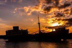 Schipbreuksilhouet bij kust van Lanzarote royalty-vrije stock fotografie