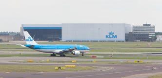SCHIPHOL, AMSTERDAM, CZERWIEC 29, 2017: Widok KLM samolot przy Schip Fotografia Stock