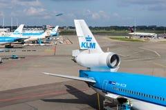 Schiphol flygplats med arbetare och avgå och ar Royaltyfri Fotografi