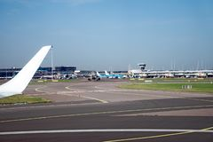 Schiphol Lotniskowy pas startowy i desantowi paski z wiele samolotami, Amsterdam holandie, Październik 15, 2017 obrazy stock