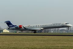 Schiphol Luchthaven, Noord-Holland/Nederland - 16 Februari 2019: SAS Scandinavian Airlines Bombardier crj-900 EI-FPJ stock fotografie
