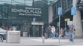Schiphol-Piazzaeingang an Schiphol-Flughafen stock footage