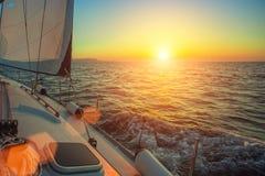 Schipjachten in de open zee tijdens verbazende zonsondergang Royalty-vrije Stock Afbeelding