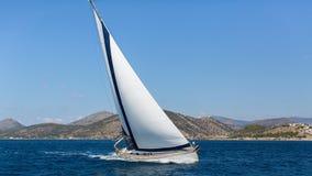 Schipjachten met witte zeilen in de open zee Royalty-vrije Stock Afbeelding