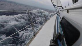 Schipjachten met witte zeilen in de open zee Luxeboten stock video