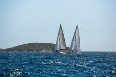 Schipjachten met witte zeilen in de open zee Luxeboten royalty-vrije stock afbeeldingen