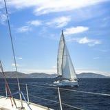 Schipjachten met witte zeilen in de open zee sailing royalty-vrije stock foto's
