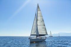 Schipjachten met witte zeilen in de open zee sailing stock afbeeldingen
