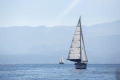 Schipjachten met witte zeilen in het Overzees sailing royalty-vrije stock foto's
