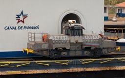 Schippassen door een sluis in het Panamese kanaal Het Panamese schip van treinlood door kanaal Royalty-vrije Stock Afbeelding