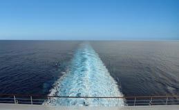 Schipspoor en blauwe hemel royalty-vrije stock afbeeldingen