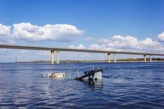 Schipwrak in een rivier stock afbeelding