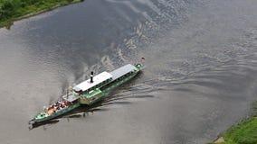 Schipzeilen langs de Elbe Rivier stock videobeelden