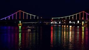 Schipzeilen met lichten van nachtstad en brug stock footage