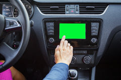 Schirm des Multimediasystems eines modernen Autos lizenzfreie stockfotos