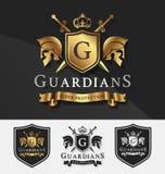 Schirmen Sie und zwei Wächter mit Querritterkamm-Logoschablone ab Lizenzfreie Stockbilder