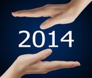 Schirmknopf mit Nr. 2014 an Hand. Lizenzfreies Stockbild