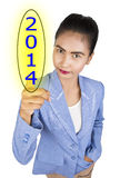 Schirmknopf mit Nr. 2014 an Hand. Stockbild