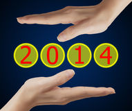 Schirmknopf mit Nr. 2014 an Hand. Stockfotografie