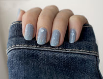 Schitter blauwe manicure Royalty-vrije Stock Foto