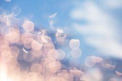 Schitter de feestelijke achtergrond van Kerstmislichten zilveren goud en hemel Stock Afbeeldingen