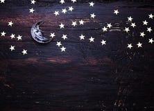 Schitter gouden sterren en glasmaan op grungehout Royalty-vrije Stock Foto's