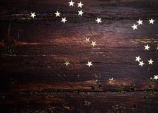 Schitter gouden sterren op grunge houten achtergrond Royalty-vrije Stock Afbeeldingen