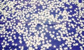 Schitter gouden sterren op grunge houten achtergrond Royalty-vrije Stock Fotografie