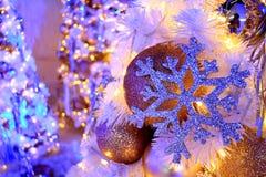 Schitter Sneeuwvlok en schitter Balornamenten op de licht-Omhooggaande Kerstboom, Selectieve Nadruk Royalty-vrije Stock Foto