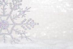 Schitter Sneeuwvlok in sneeuw Royalty-vrije Stock Fotografie