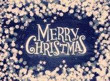 Schitter sterren en defocused lichten op grungehout met Vrolijke Kerstmisteksten Gekleurd Retro stock foto