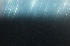 Schitter uitstekende lichtenachtergrond lichte donkerblauw en gouden defocused Stock Foto