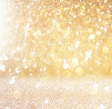 Schitter uitstekende lichtenachtergrond lichte goud en zwarte defocused royalty-vrije stock afbeeldingen