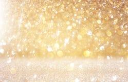 Schitter uitstekende lichtenachtergrond lichte goud en zwarte defocused Royalty-vrije Stock Foto's