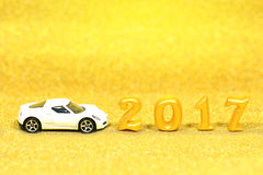 schitteren de echte 3d voorwerpen van 2017 op goud achtergrond met wit automodel Royalty-vrije Stock Foto's