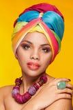 Schitterend afro Amerikaans etnisch meisje met tulband op haar hoofd stock foto