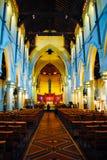 Schitterend binnenland van middeleeuwse steenkerk met lange stupatoren stock afbeeldingen