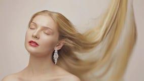 Schitterend blond meisje met langzaam dalend haar met gesloten ogen stock videobeelden