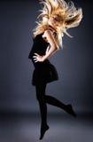 Schitterend blond wijfje met vliegend haar Royalty-vrije Stock Foto