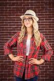 Schitterend blonde die hipster met handen op heupen stellen stock foto's