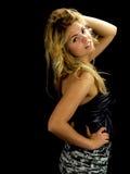 Schitterend blonde in kleding, op zwarte Royalty-vrije Stock Foto's